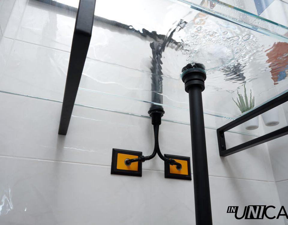 Installazione inUNICA sotto lavabo con innesto curvetta 45° - lavandino vetro temprato - finiture rubinetteria Oioli nero opaco - piastrelle Lupin