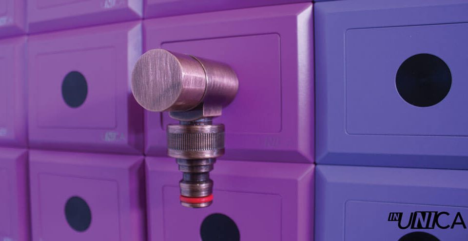Placchetta inUNICA con innesto rubinetto da giardino finitura bronzo antico - colore placchette inUNICA tonalità del viola